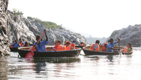 Tourist families on a coracle ride at Hogenakkal Falls, Tamil Nadu Stock Photos