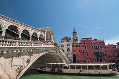Tourist float in boat under Rialto bridge on Grand Canal, Venice Royalty Free Stock Images