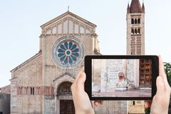 Tourist fotografiert Basilica di San Zeno in Verona Stockfotografie