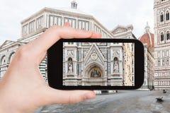 Tourist fotografiert Dekor von Duomo in Florenz Stockfoto