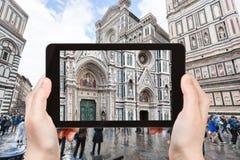 Tourist fotografiert Fassade von Duomo in Florenz Stockbild