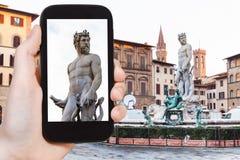 Tourist fotografiert Statue von Neptun in Florenz Lizenzfreie Stockbilder