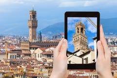Tourist fotografiert Turm von Palazzo Vecchio Lizenzfreies Stockfoto