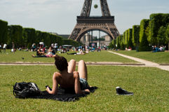 Tourist in front of Eiffel Tower in Paris Royalty Free Stock Photography