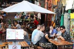 Tourist genießen, Bier an Straße Khao Sarn zu trinken lizenzfreies stockfoto