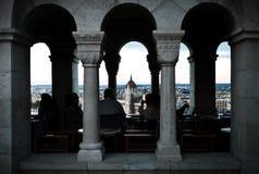 Tourist genießen Getränke am bastillon des Fischers beim Schauen über dem Stadtbild mit einer Hauptansicht über das Parlament lizenzfreies stockfoto