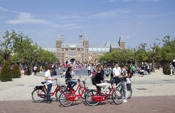 Tourist im Amsterdam Rijksmuseum Stockfoto