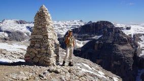 Tourist im Berg. stockbilder