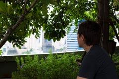 Tourist im Garten stockfotos