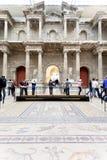 Tourist im Markttor Hall von Pergamon-Museum Stockbilder