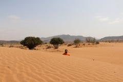 Tourist ist in der Wüste stockbilder