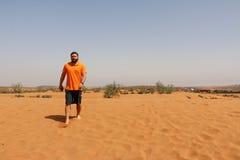 Tourist ist in der Wüste stockfotografie