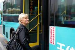 Tourist kommt zum Bus in China herein Lizenzfreie Stockbilder