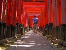 Tourist in Kyoto-Inari versieht Tunnel mit einem Gatter Stockfotografie