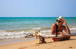 Tourist legt auf den Strand Stockbild