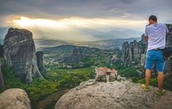 Tourist macht ein Foto der szenischen Landschaft lizenzfreie stockfotografie