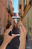 Tourist macht ein Foto von der italienischen Straße in Salerno stockbilder