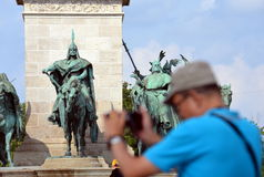 Tourist macht Foto auf Heroes' Quadrat Stockfotografie