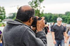 Tourist macht Foto an den amerikanischen Fällen, Niagara, NY lizenzfreies stockfoto