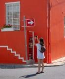 Tourist macht Foto des bunten Hauses im malaysischen Viertel, BO Kaap, Cape Town, Südafrika Historischer Bereich von gemalten Häu stockfoto