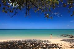 Tourist macht Fotos auf dem Strand Stockbild