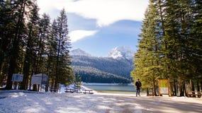Tourist man travel to snowy mountains Royalty Free Stock Photos