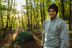 Tourist, Mann, der nahe dem Zelt mit einem wilden steht Lizenzfreies Stockbild