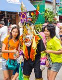 Tourist mit buntem Maskenausführendem in Phi Ta Khon Festival, Thailand Lizenzfreies Stockbild