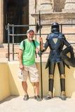 Tourist mit einem blinden Ritter in Rhodes Old Town-Festung rhodes Stockfotos