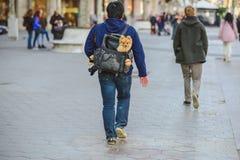 Tourist mit einem Hundekorb in Barcelona, Spanien Stockbild