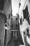 Tourist mit einem orange Rucksack und einem Bandana geht entlang schmale Straße in Europa Italien Venedig im Sommer Die Fassade v Stockbilder