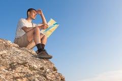 Tourist mit einer Karte untersucht den Abstand Lizenzfreie Stockfotos