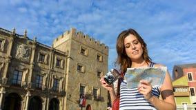 Tourist mit Führerkarte und -kamera Stockbilder