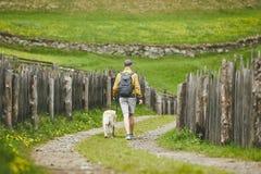 Tourist mit Hund in der Landschaft stockbild