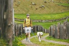 Tourist mit Hund in der Landschaft Lizenzfreies Stockbild