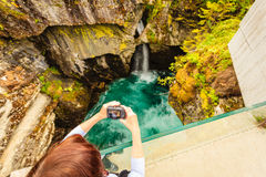 Tourist mit Kamera auf Gudbrandsjuvet-Wasserfall, Norwegen Lizenzfreie Stockfotografie