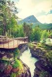 Tourist mit Kamera auf Gudbrandsjuvet-Wasserfall, Norwegen Stockfoto