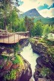 Tourist mit Kamera auf Gudbrandsjuvet-Wasserfall, Norwegen Lizenzfreie Stockfotos