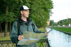 Tourist mit Karte in St Petersburg Stockfotografie