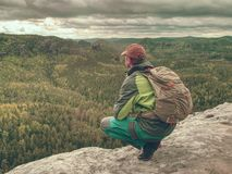 Tourist mit Rucksackwanderung auf Wanderung Trekking in den Bergen lizenzfreie stockfotografie