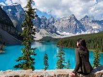 Tourist am Moraine See in Nationalpark Banffs, Alberta, Kanada stockbilder