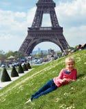 Tourist nahe dem Eiffelturm in Paris Lizenzfreie Stockfotos