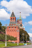 Tourist near towers of Moscow Kremlin in summer Royalty Free Stock Photos