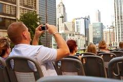 Tourist nimmt Fotos der Chicago-Skyline vom Bus Stockbild