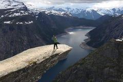 Tourist Norwegens Trolltunga stockbild