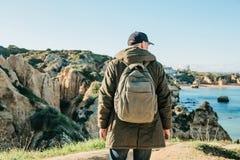 Tourist oder Reisender mit einem Rucksack auf der Atlantikküste lizenzfreies stockbild