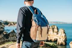 Tourist oder Reisender mit einem Rucksack auf der Atlantikküste lizenzfreies stockfoto