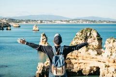Tourist oder Reisender mit einem Rucksack auf der Atlantikküste stockbild