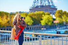 Tourist in Paris, das Foto des Eiffelturms macht Stockbilder