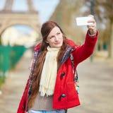 Tourist in Paris, das selfie nahe dem Eiffelturm nimmt Stockfotografie